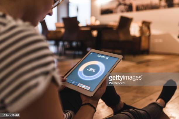 woman using tablet with heating control function at home - sinal de percentagem imagens e fotografias de stock