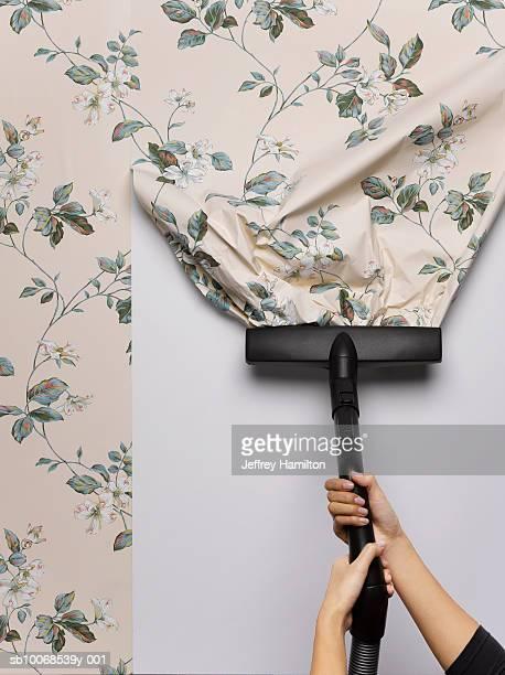 Mujer aplicar el papel tapiz de pared, primer plano