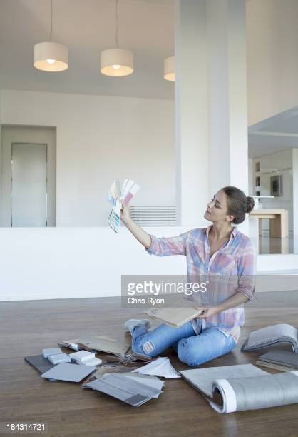 Mujer viendo la pintura muestra en nueva casa