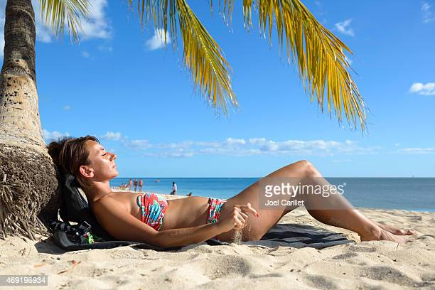 Frau Besuch in Kuba Sonnenbaden am Strand in Playa Ancon