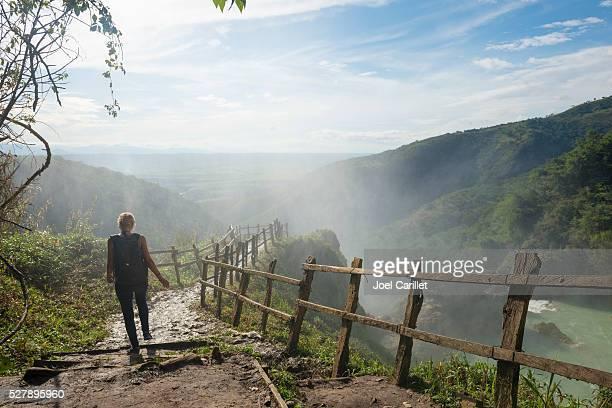mujer visite el chiflon cascada en chiapas, méxico - paisajes de mejico fotografías e imágenes de stock