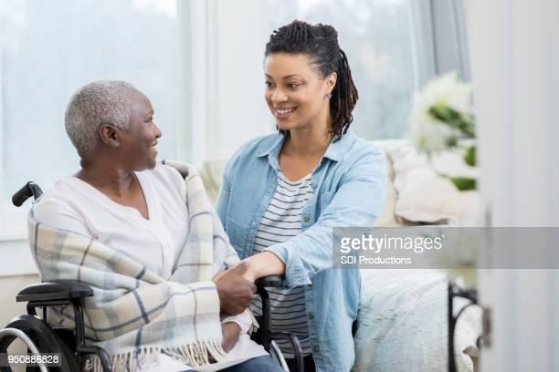 femme visite sa mère supérieur en soins infirmiers à domicile - chambre hopital photos et images de collection