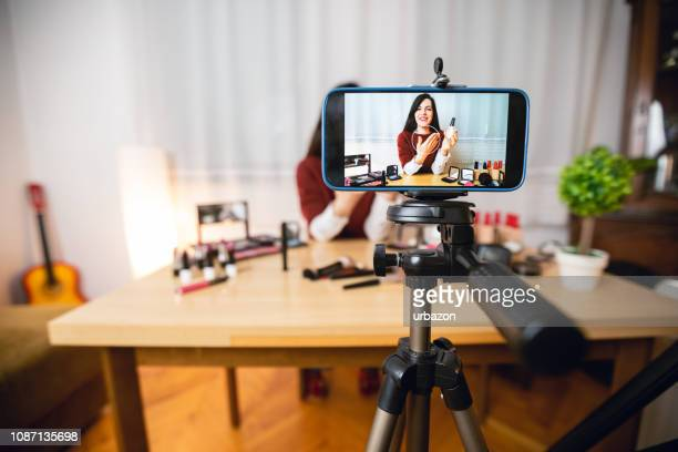 vrouw vlogging over make-up - filmen stockfoto's en -beelden