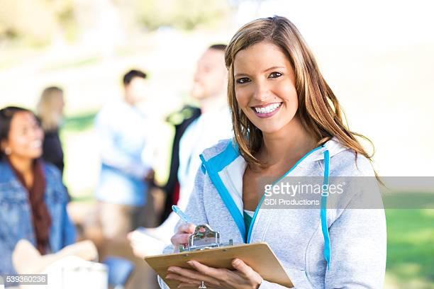 Mulher a desenvolver trabalho voluntário com ao ar livre vestuário conduzir