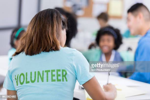 woman volunteers at a free medical clinic - humanitarian aid stock pictures, royalty-free photos & images