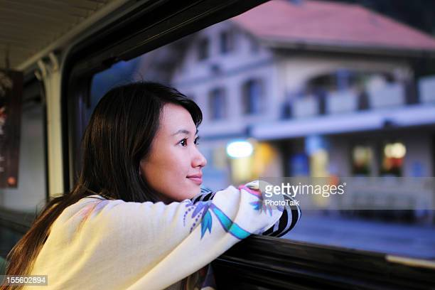 Frau gespannt und schaut durch Fenster-XL