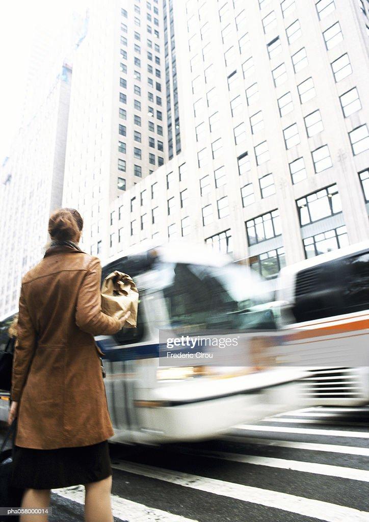 Woman waiting at pedestrian crossing : Stockfoto