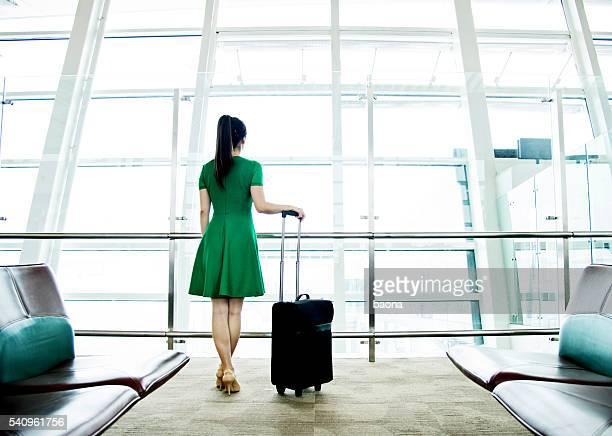 Femme attend à l'aéroport