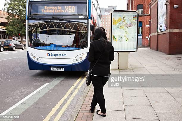 Frau warten auf den bus zur Haltestelle