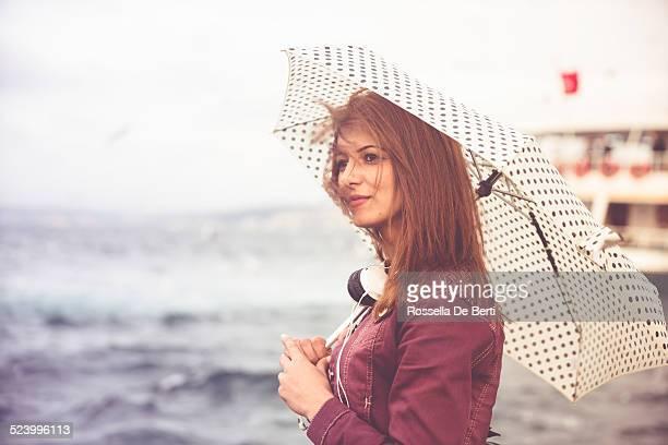 Donna in attesa per il traghetto barca su Boshorus