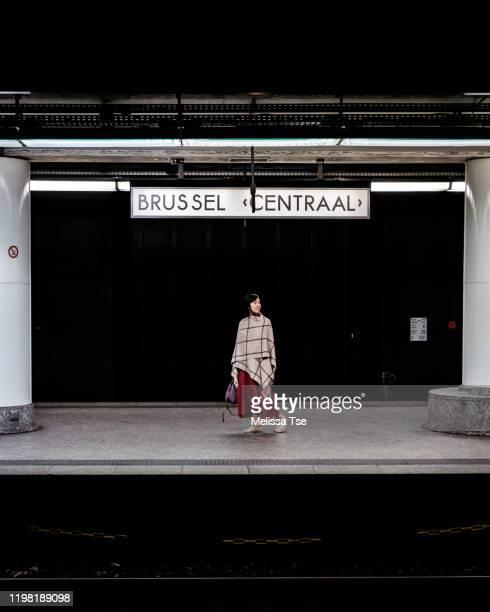woman waiting for train in brussels central station - région de bruxelles capitale photos et images de collection
