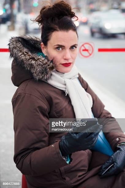 """冬のバス停 cummuting で待機している女性。 - """"martine doucet"""" or martinedoucet ストックフォトと画像"""