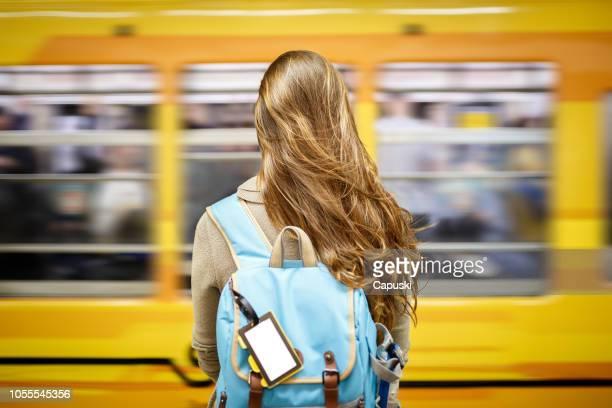 地下鉄駅で女性待っているメトロ - ブエノスアイレス ストックフォトと画像
