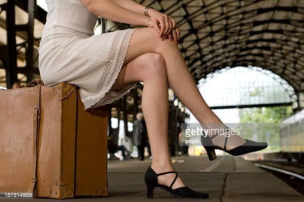 Femme attendant sur Quai de gare