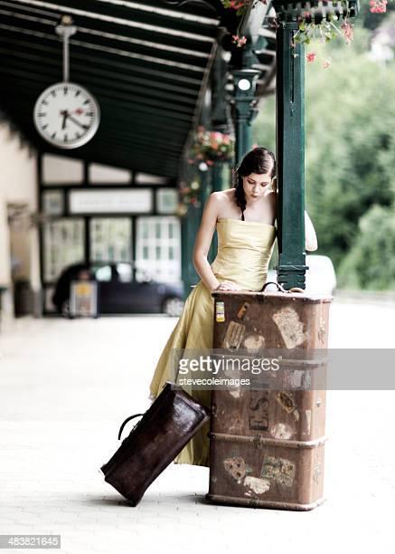 Femme attendant le Train