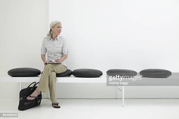 woman waiting - wartezimmer stock-fotos und bilder