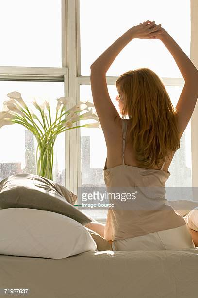 mujer despertando - cami fotografías e imágenes de stock