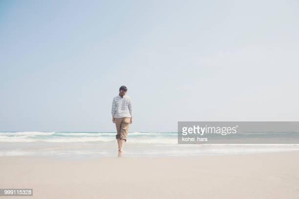 海辺で歩いている女性