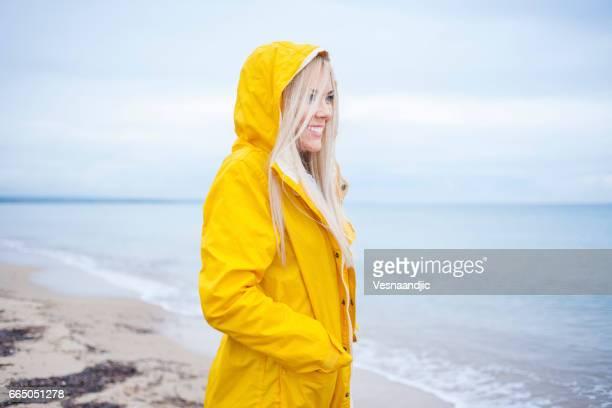Frau zu Fuß am Strand