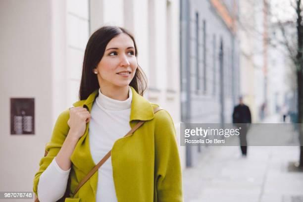 Frau zu Fuß Straßen der Stadt