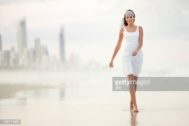 Femme marchant le long de la Gold Coast, en Australie