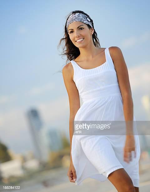 Femme marchant le long de la Gold Coast, en Australie (XXXL