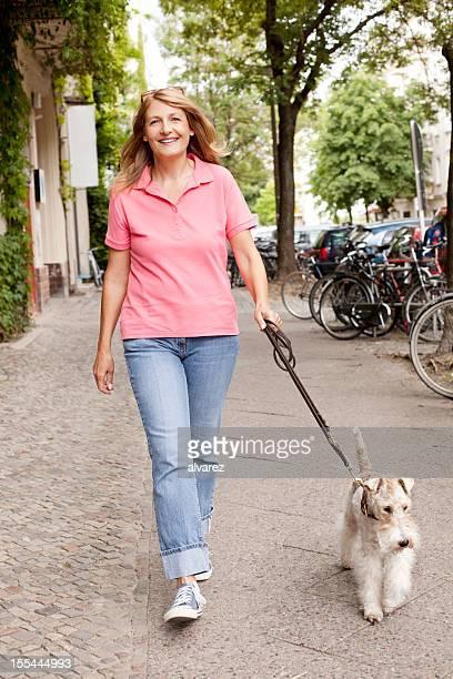 Mulher andar seu fox terrier