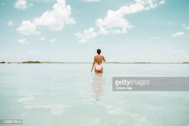 mujer caminando en una laguna - paisajes de mejico fotografías e imágenes de stock