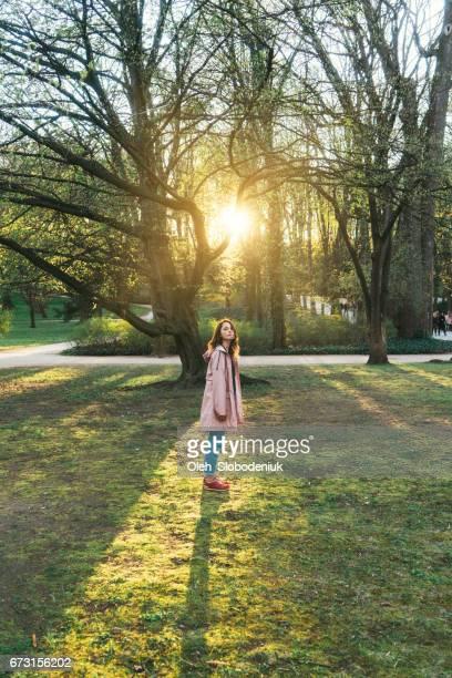 Frau zu Fuß im Łazienki Park in Warschau bei Sonnenuntergang