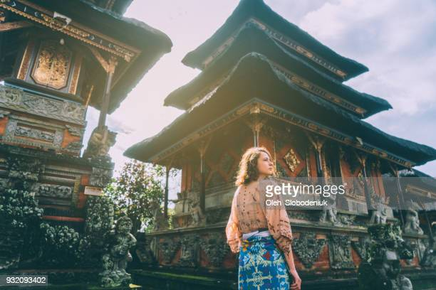 woman walking in balinese temple - culture foto e immagini stock