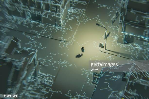空の空白の都市で歩いている女性 - 接近する 女性 ストックフォトと画像