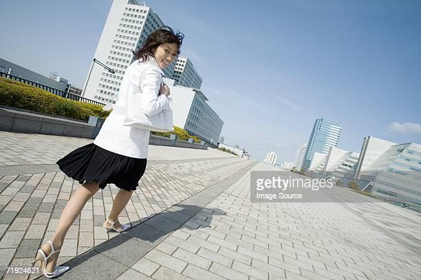 歩く女性の金融街