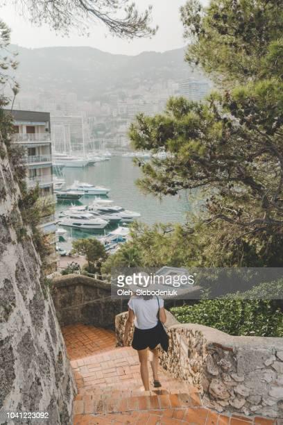 mulher caminhando em monte carlo, mônaco - mônaco - fotografias e filmes do acervo