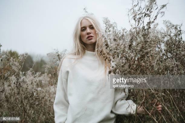 woman walking in the field - mannequin blonde photos et images de collection