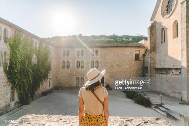 mulher andando perto de sénanque abbey em provence - abadia mosteiro - fotografias e filmes do acervo