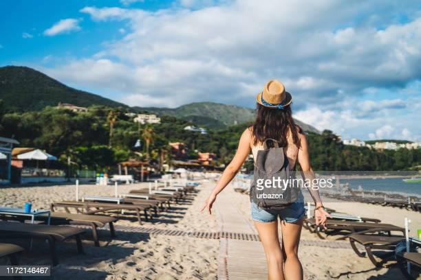 vrouw lopen op het strand - macedonië land stockfoto's en -beelden