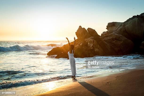 Mujer caminando en la playa