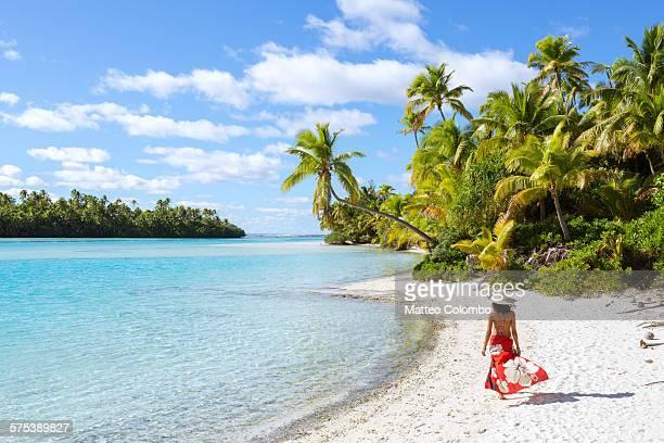 woman walking on beautiful tropical beach - isole cook foto e immagini stock