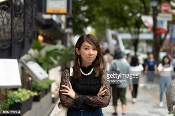 参道通り、日本で最も有名な通りの 1 つの上を歩く女性 - 表参道 ストックフォトと画像