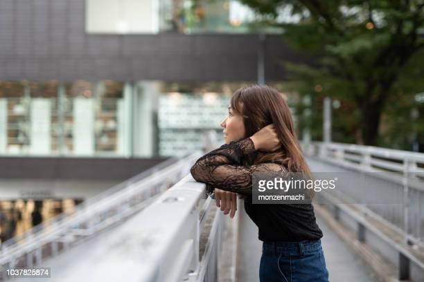 参道通り、日本で最も有名な通りの 1 つの上を歩く女性
