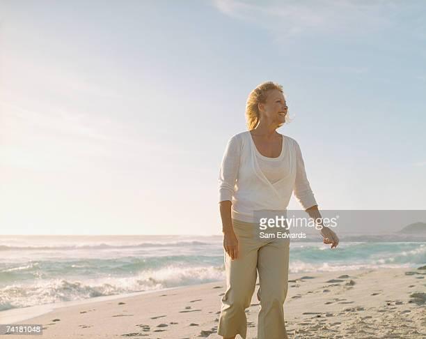 Mulher Andar na praia de areia