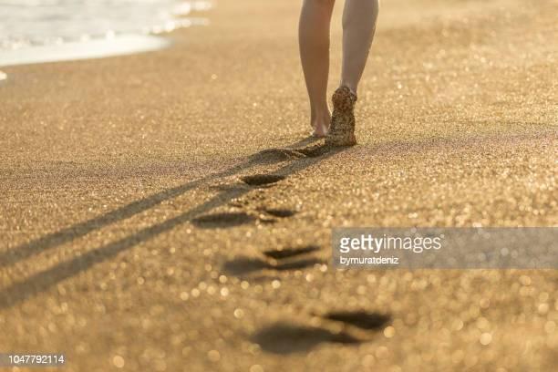 woman walking on send - impronta del piede foto e immagini stock