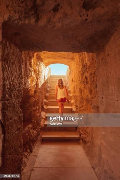 古代遺跡の階段の上を歩く女性 - パフォス ストックフォトと画像