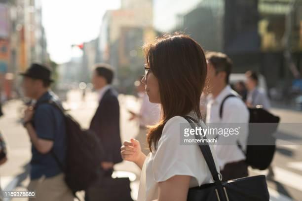 秋葉原の街を歩く女性 - 30代の女性 ストックフォトと画像