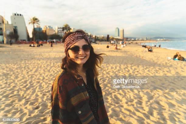 Frau zu Fuß auf der Küste von Barcelona