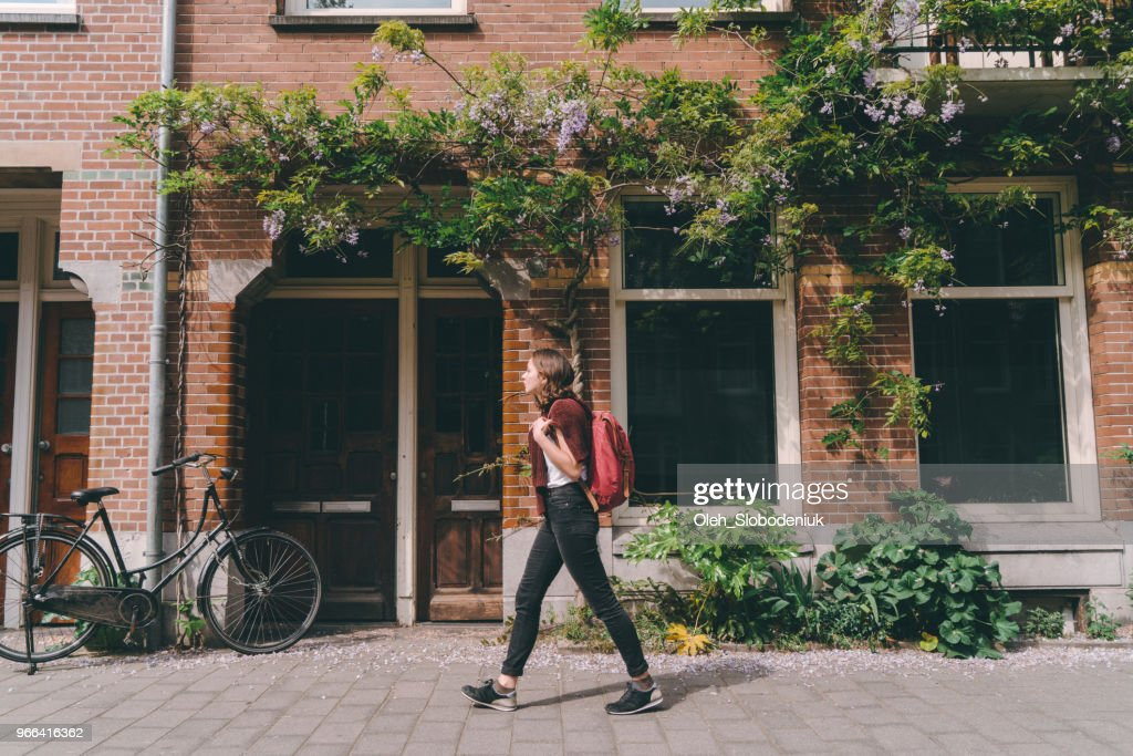 Vrouw lopen op de straten van Amsterdam : Stockfoto
