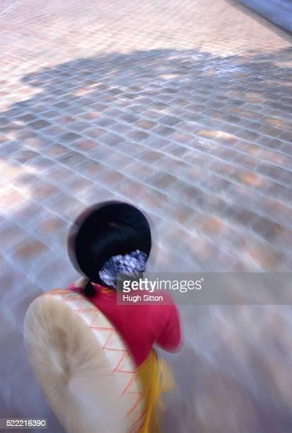 woman walking outdoors - hugh sitton fotografías e imágenes de stock