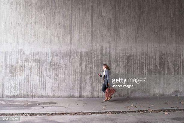 woman walking - stoep stockfoto's en -beelden