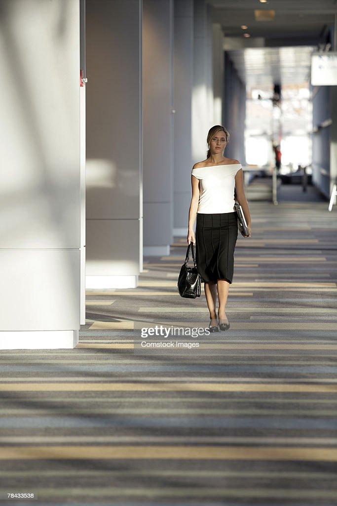 Woman walking : Stockfoto