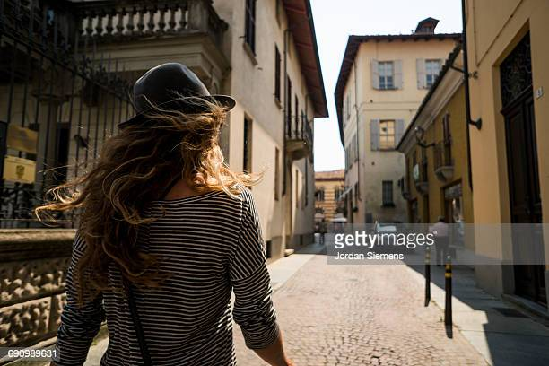 a woman walking the streets of italy - südeuropa stock-fotos und bilder